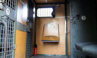 Так выглядит изнутри одна из машин для перевозки заключенных.