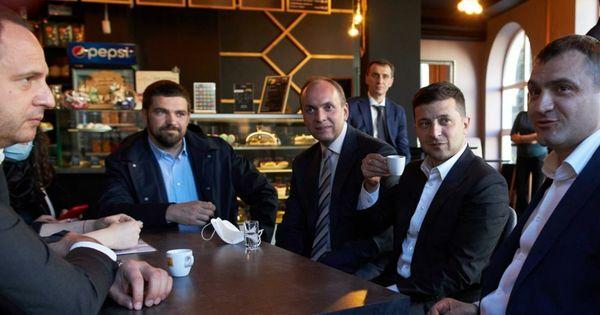 Președintele Ucrainei, fotografiat într-o cafenea, gata să achite amendă thumbnail