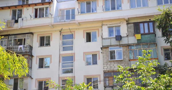 Un copil de 2 ani a căzut de la etajul 4 al unui bloc din Soroca thumbnail