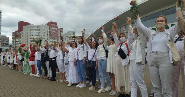 Сотни женщин в белой одежде выразили протест из-за насилия в Белоруссии thumbnail