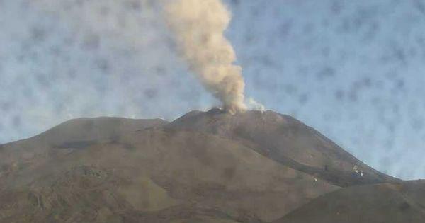 Вулкан Этна выбросил пепел на высоту 4,5 км thumbnail