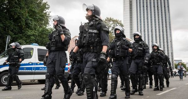 В Германии отстранили 29 полицейских по подозрению в праворадикальных взглядах thumbnail