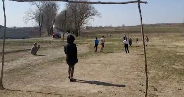 Дети в селах играют в футбол, игнорируя карантин thumbnail