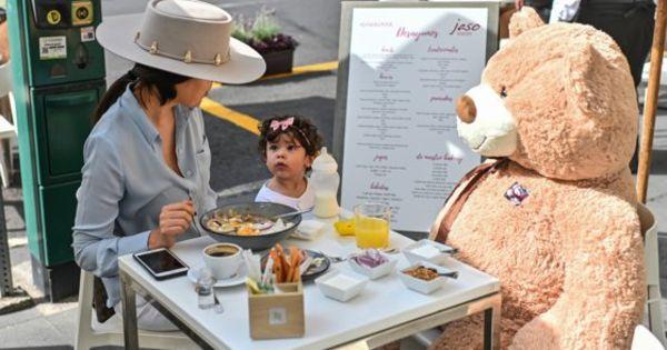 O cafenea foloseşte ursuleţi de pluş la menţinerea distanţării sociale thumbnail