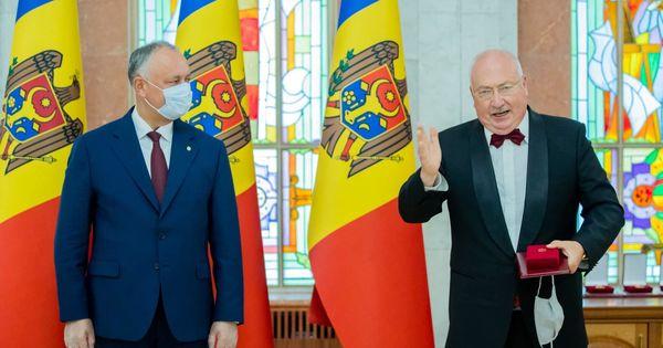 Igor Dodon a conferit înalte distincții de stat unui grup de cetățeni thumbnail