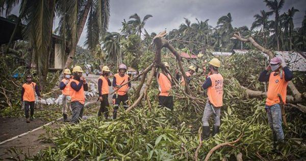 Dezastru în Filipine: Mii de persoane evacuate şi locuinţe distruse thumbnail