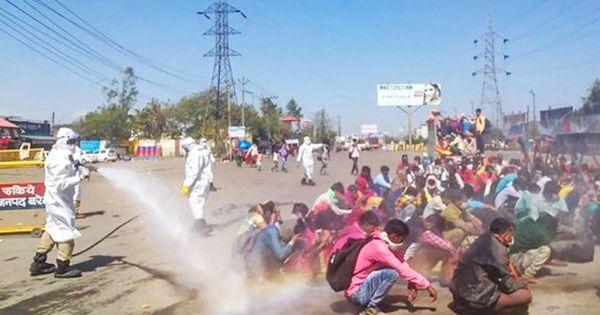 Țara în care muncitorii sunt stropiți cu dezinfectant pentru autobuze thumbnail