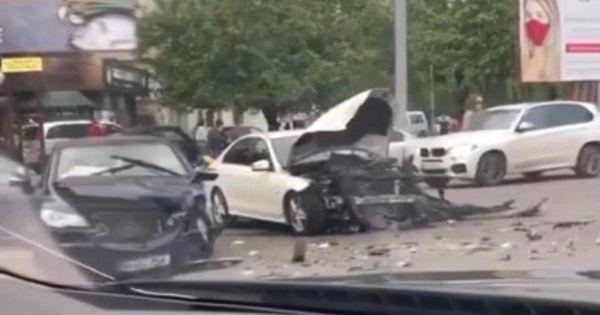 Momentul accidentului de pe viaduct: Un rănit și două mașini avariate thumbnail