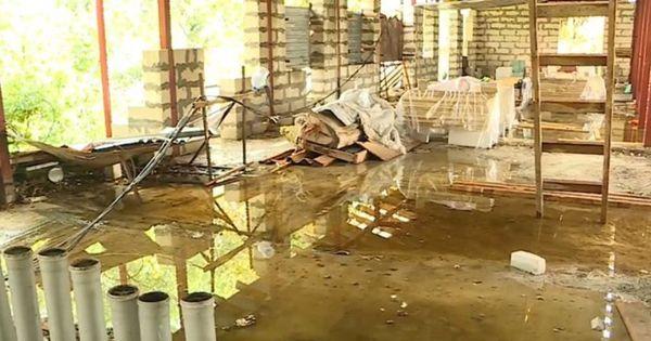 Дождь затопил жилой дом в столице: В квартирах наводнение, в подъезде - каскад thumbnail