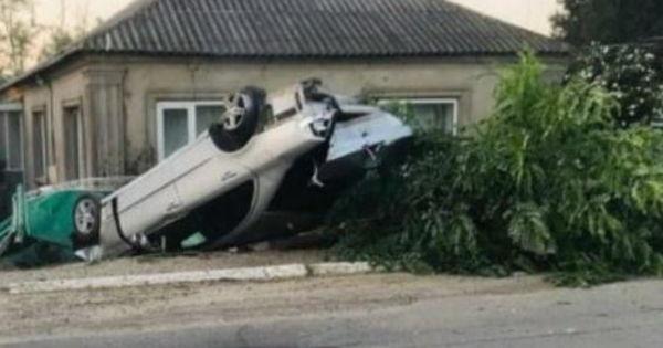 Авария в Вулканештах: Mercedes снес дерево и забор частного дома thumbnail