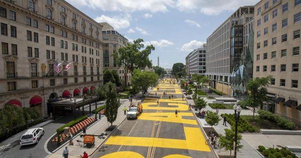 SUA: Ce au scris protestatarii pe strada care duce spre Casa Albă thumbnail