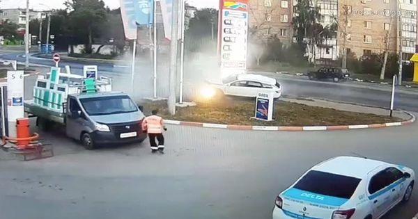 Момент смертельного ДТП на АЗС в Самаре попал на видео thumbnail