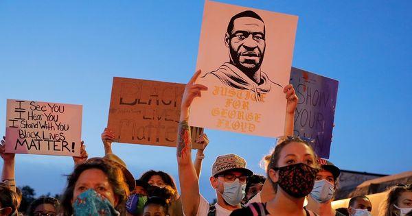 Continuă protestele în SUA: Un bărbat, trântit la pământ de 2 polițiști thumbnail