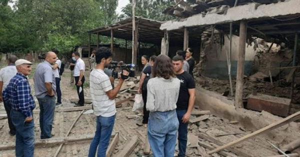 В Баку заявили, что снаряды ВС Армении упали на жилые дома на границе thumbnail