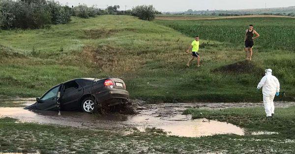 Последствия ливня в Вулканештах: спасатели вызволили автомобиль из болота thumbnail