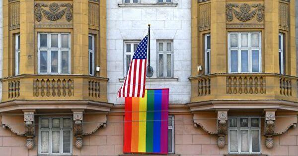 Путин пошутил про вывешенный на здании посольства США флаг ЛГБТ thumbnail