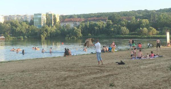 Parcul La Izvor, supraaglomerat: Zeci de oameni au mers la scăldat și bronzat thumbnail