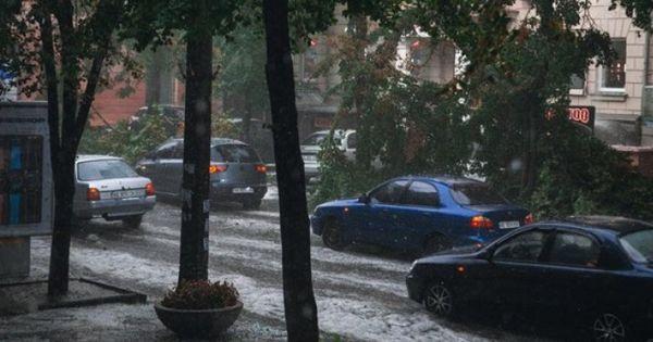 O furtună cu grindină a făcut prăpăd într-un oraş din Ucraina thumbnail