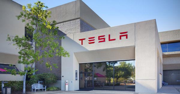 Tesla suspendă producţia la fabrica de autovehicule din California thumbnail