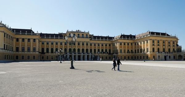 Mesaj din Viena: Închideţi viaţa publică şi speraţi că totul va fi bine thumbnail