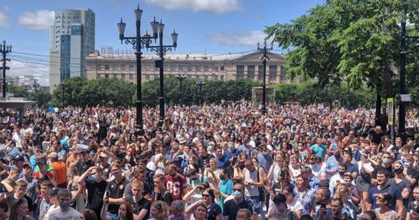 Жители Хабаровска вышли на акцию в поддержку арестованного губернатора thumbnail
