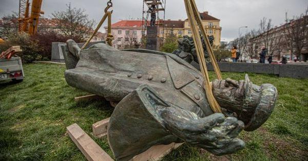 В Праге демонтировали памятник маршалу Коневу thumbnail