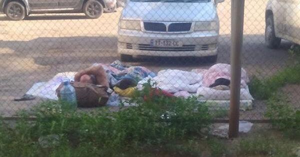Многодетная семья из Молдовы ночует на автостоянке в Казахстане thumbnail
