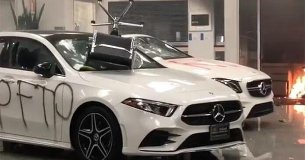 Un showroom Mercedes-Benz a fost distrus în totalitate de protestatari thumbnail