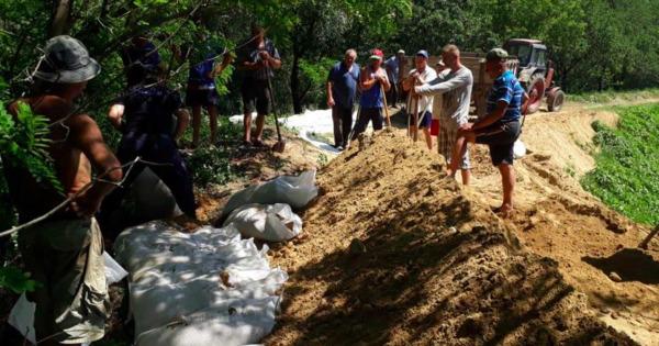 Спасатели укрепили дамбы для предотвращения наводнений thumbnail