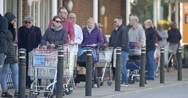 Британские торговые сети ограничили максимальное число покупателей thumbnail