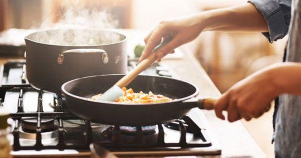 Житель столицы решил приготовить еду, а соседи вызвали пожарных