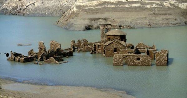Un sat medieval aflat pe fundul unui lac va putea fi vizitat anul viitor thumbnail