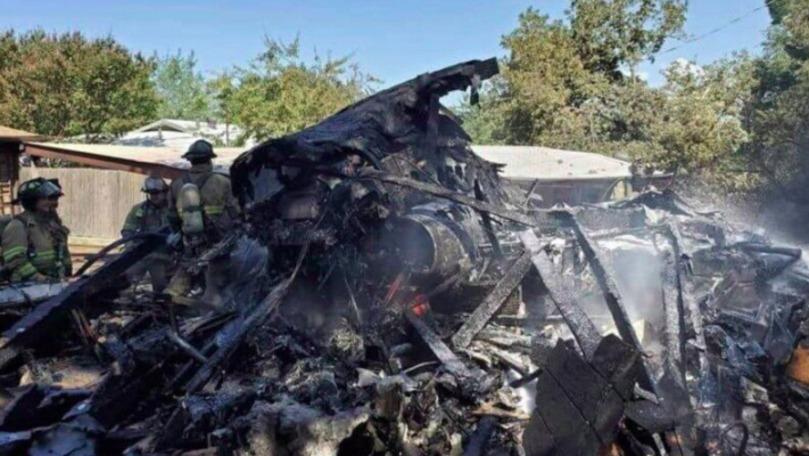 Un avion militar s-a prăbuşit într-o zonă rezidenţială din Texas: Piloţii sunt spitalizaţi