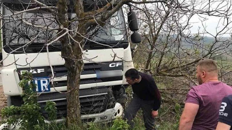 Accident matinal la Anenii Noi: Un TIR a intrat într-un copac