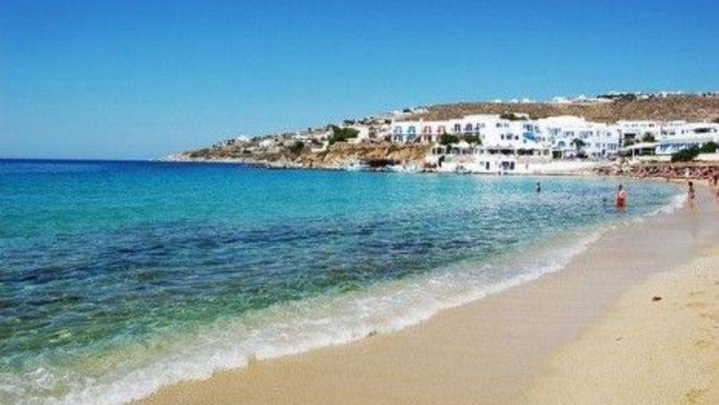 Val de căldură record în Grecia: Lumea a ieşit la plajă peste restricţii