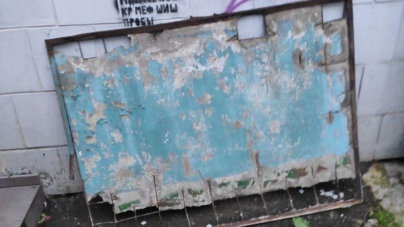 O placă de beton risca să cadă de la etajul 7: Ce spun autoritățile