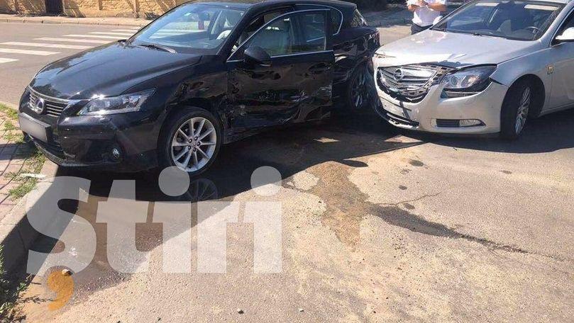 Lexus, lovit de un Opel pe o stradă din Capitală. Primele imagini