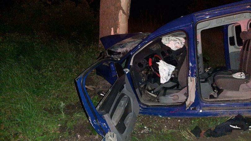 Mașină intrată în copac la Criuleni: Sunt 2 morți. Șoferul era beat