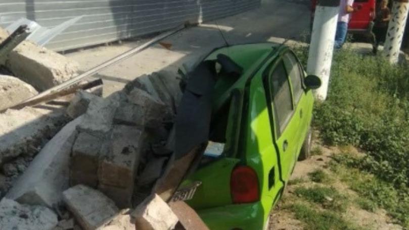 Perete prăbușit peste o mașină în Capitală: Reacția proprietarei