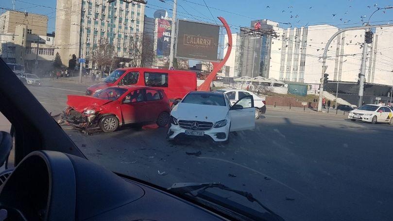 Momentul accidentului: Două mașini, filmate cum se ciocnesc în Chișinău