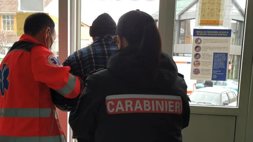 Un bărbat căzut la pământ fără cunoștință, ajutat de carabinieri