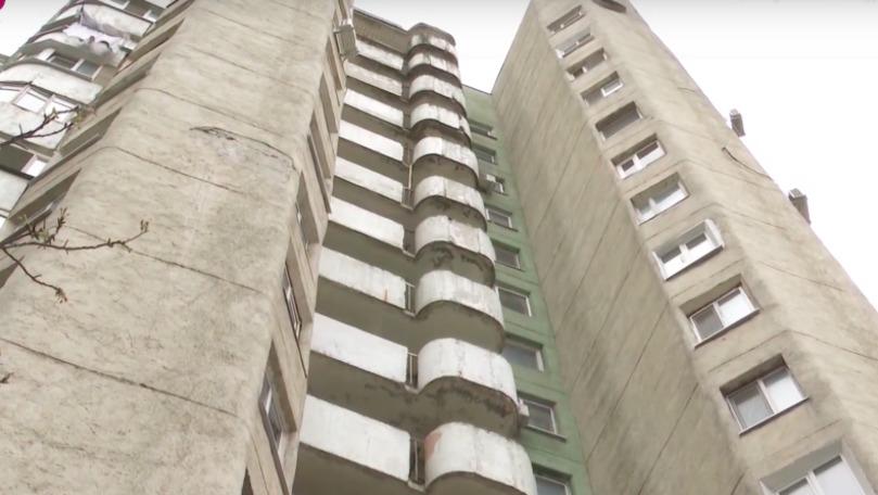 La un pas de tragedie: Peretele unui balcon a căzut de la etajul 16 al unui bloc din Capitală