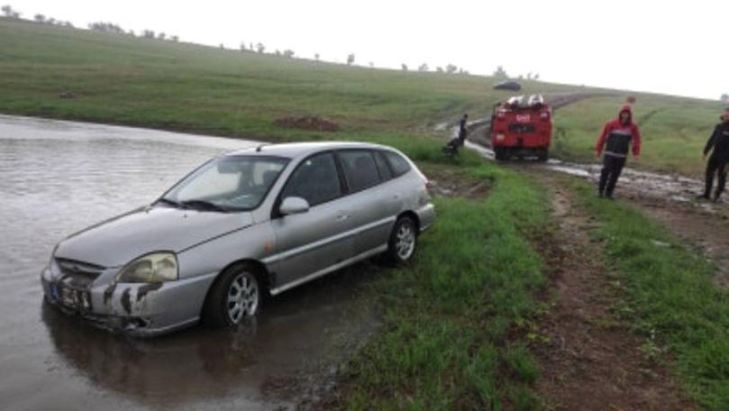 O mașină a ajuns în lac la Cimișlia: Șoferul a murit. Primele imagini