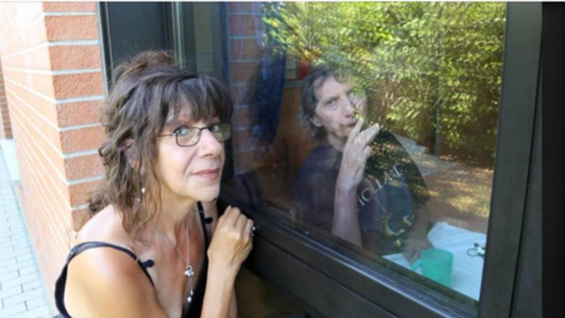 O femeie stă de 420 de zile la fereastra azilului unde e internat soţul ei
