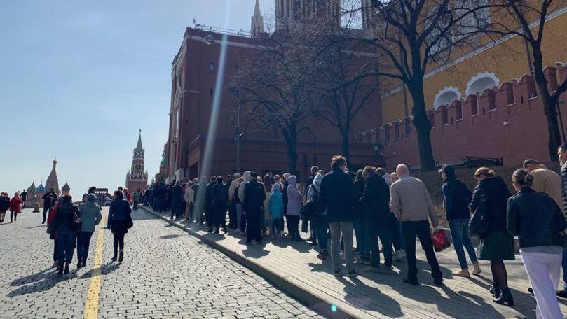 Aglomeraţie la mausoleul lui Lenin: Sute de oameni stau în rând