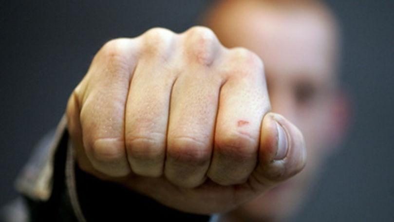 Polițist din Briceni, filmat cum sare la bătaie la mai mulți consăteni
