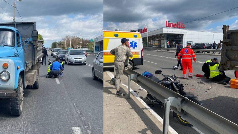 Accident la Orhei: Un motociclist a intrat într-un camion parcat