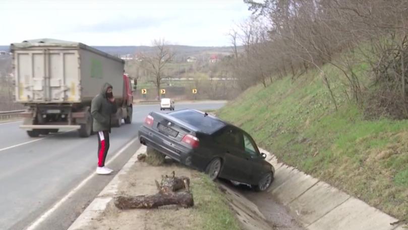 Accident la Hâncești: Un tânăr a nimerit într-un șanț cu BMW-ul