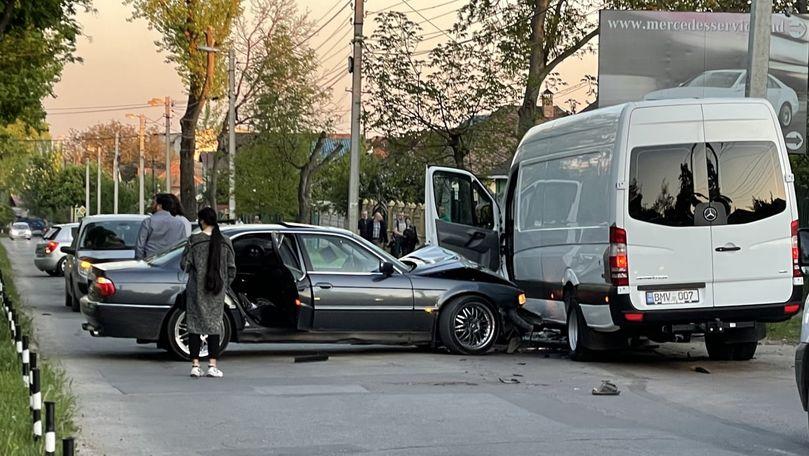 BMW Seria 7, ciocnit cu un microbuz Mercedes-Benz cu numere BMV 007