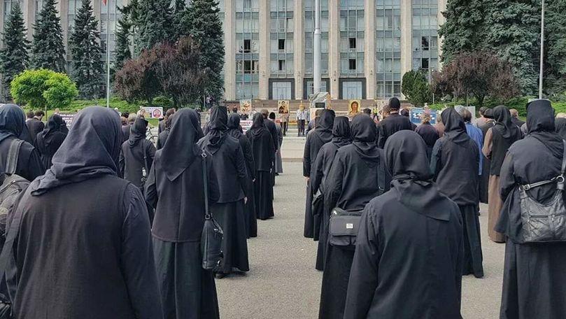 Zeci de preoți și enoriași au protestat contra vaccinării anti-Covid